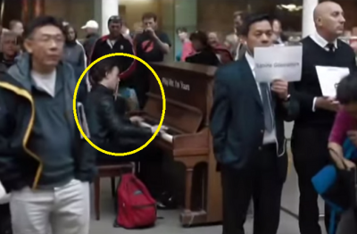 This man plays piano at railway station stuns people with his amazing performance! Watch now!